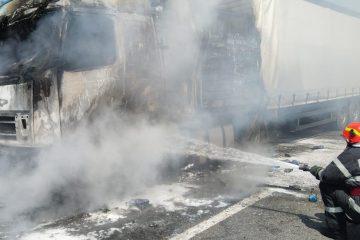 Cu puțin timp în urmă, la Horia: incendiu la compartimentul motor al unui TIR încărcat cu bere