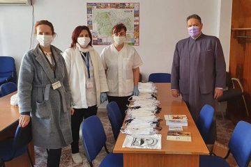 """Atelierul de croitorie """"Cămașa lui Hristos"""" Roman a confecționat 300 de măști pentru Spitalul Roman"""