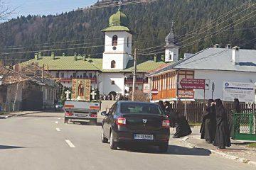 Racla cu moaștele Sf. Parascheva a fost purtată în procesiune în Neamț, pentru izbăvire de boli și alte necazuri