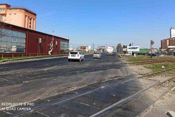 """E85 a fost reabilitată, de la giratoriu Dedeman, la Roman. Trecerea la nivel cu calea ferată a rămas o """"pată neagră"""""""