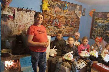 Drama unei familii cu 10 copii. De multe ori mănâncă o dată pe zi. Copiii își fac temele de pe un singur telefon mobil