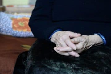 """Un """"viteaz"""" din Dulcești a fost reținut după ce s-a deplasat la casa mamei sale, a făcut scandal și a bătut-o"""