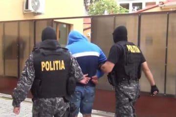 Agresorul căutat de polițiști, după ce a înjunghiat un tânăr și a fugit, a fost prins în această după amiază
