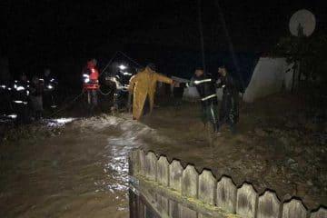 Efectele furtunii, în Neamț: mai multe gospodării au fost inundate în zonele Roman și Piatra Neamț
