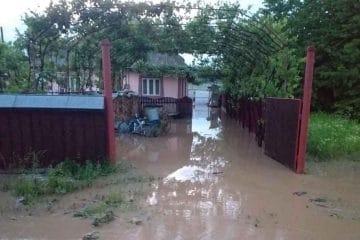 Furtună în Neamț: gospodării inundate și drum blocat de aluviuni