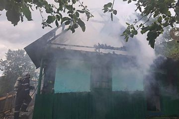 Neamț: voluntarii au scos din casa cuprinsă de flăcări o bătrână, din păcate decedată