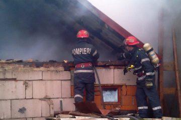 Pagube importante în urma unui incendiu la o gospodărie din comuna Valea Ursului