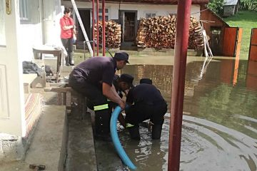 Noapte albă pentru salvatorii din Neamț: zeci de gospodării inundate și drumuri blocate de aluviuni