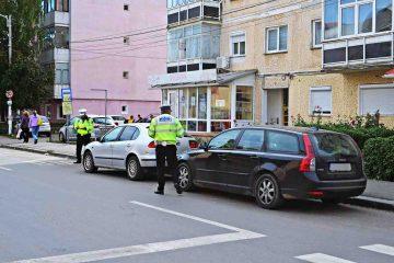 Romașcanii reclamă: se repară mașini pe spațiul verde, persoane căzute pe stradă, scandal între locatari, tineri pe terenul de sport din parc