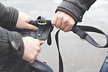 Femeie, din Roman, victima unei tâlhării: a fost acostată pe stradă de un tânăr care i-a smuls geanta din mână