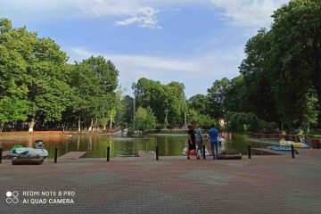 Imagini în direct: Parcul Municipal Roman – relaxare, Mocănița pentru copii, loc de joacă și…plimbare pe lac