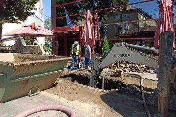 Echipa APSERV lucrează la remedierea unei avarii la rețeaua de apă a Romanului. Furnizarea apei se va face în scurt timp