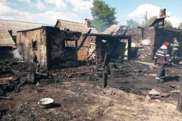 Astăzi, în Neamț: flăcările au distrus casa unei bunicuțe care locuia cu nepoții pe care-i creștea singură