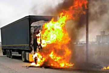 Astăzi, în Neamț: cabina unui TIR a luat foc