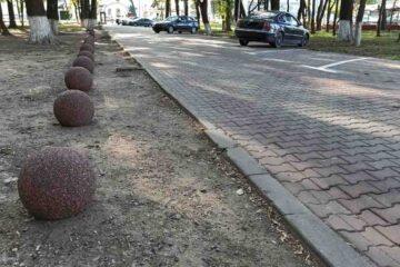"""Cei care """"obișnuiau"""" să parcheze în pădurea Parcului Municipal Roman vor avea o surpriză. Au fost montați bolarzii"""