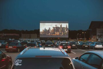 Cinema Drive 2020, din parcarea Roman Value Centre, va continua până la sfârșitul lunii septembrie