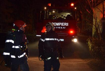 În această seară, în Neamț: incendiu într-un apartament. Locatarii din bloc s-au autoevacuat. A fost găsit un bărbat mort