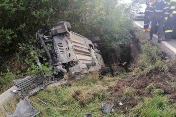 Accident rutier, astăzi, în Neamț: persoanele aflate în mașina răsturnată au fost scoase de participanții la trafic