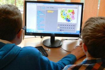Se suspendă și trec în regim online cursurile unor clase ale unităților de învățământ din Roman și Tămășeni