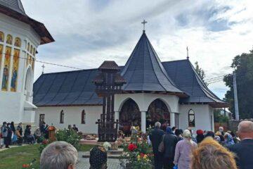 """Sfânta Liturghie la Biserica """"Sfinții Împărați Constantin și Elena"""" Roman în altarul de vară cu hramul """"Acoperământul Maicii Domnului"""""""