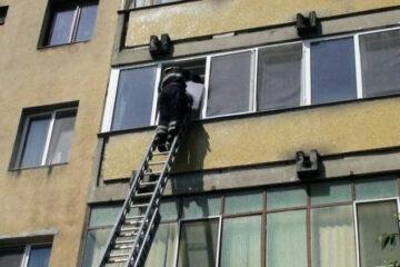 Bătrână salvată de pompierii romașcani după o intervenție la un apartament, pe str. Tudor Vladimirescu