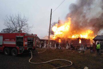 Astăzi, în Neamț, flăcările au distrus o biserică. Pompierii au reușit să evacueze doar câteva obiecte de cult