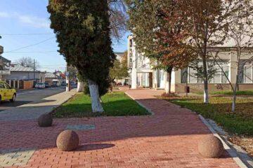 Vor fi puși bolarzi pentru a împiedica parcarea neregulamentară pe trotuarele și spațiile verzi din Roman