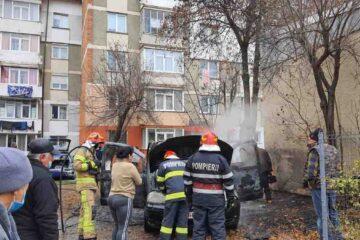 Neamț: o mașină a luat foc în parcarea de lângă bloc