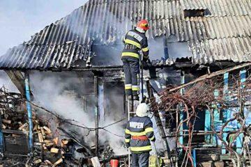 Bătrână de 91 de ani, scoasă de voluntari din casa cuprinsă de flăcări