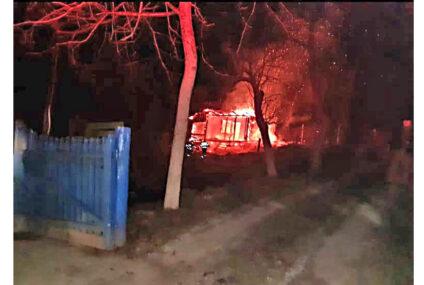 Incendiu provocat intenționat la o gospodărie, din Neamț. Un cățel a fost salvat din flăcări