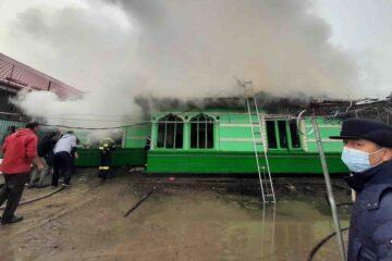"""Gospodărie distrusă de flăcări, la Sagna. O familie cu șase copii a rămas fără casă. """"Cei cu inima bună"""" pot ajuta"""