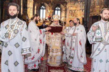 """Catedrala """"Sf. Cuv. Parascheva"""" din Roman: Liturghie arhierească în prima zi a anului 2021"""