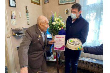 Domnul Găitan Vasile – veteran de război a fost felicitat de conducerea Primăriei Roman la împlinirea vârstei de 100 de ani