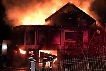 Gospodărie distrusă de flăcări, noaptea trecută, în Neamț
