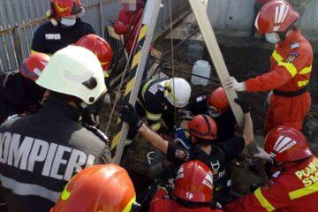 A fost lovit de materialele de construcție în timp ce lucra la o fântână, la Trifești și a fost blocat la 12 metri adâncime