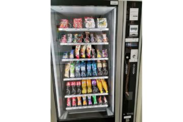 """""""Cea mai mare realizare"""" de la Spitalul Roman a fost inaugurată astăzi : un automat cu snack-uri, apă și sucuri"""