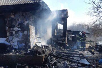Tragedie, astăzi, în Neamț: salvatorii au găsit în casa în flăcări o persoană decedată