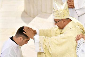 """Zece diaconi vor fi hirotoniți preoți – parohiile Tămășeni, """"Sfânta Tereza"""" Roman, Piatra Neamț, Pildești, Barticești"""