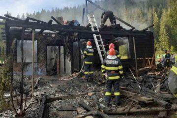 Pompierii nemțeni au intervenit: o bătrână a fost scoasă din casa în flăcări