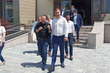 Foto – Premierul Florin Cîțu a fost prezent la Roman. După întâlnirea de la Catedrala Arhiepiscopală s-a deplasat la Horia