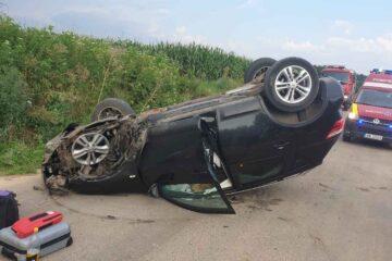 La Bâra, un autoturism a părăsit partea carosabilă, a intrat într-un cap de pod, după care s-a răsturnat
