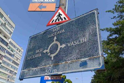 """Indicatoarele rutiere, din Roman, au …""""îmbătrânit"""""""