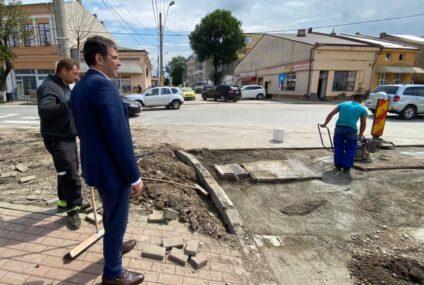 Lucrările de refacere a zonelor unde s-a intervenit la schimbarea rețelei de gaze naturale, din Roman, sunt atent monitorizate