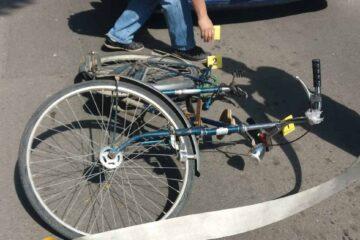 Un adolescent, pe bicicletă, a fost accidentat, la intersecția Tineretului cu M. Eminescu